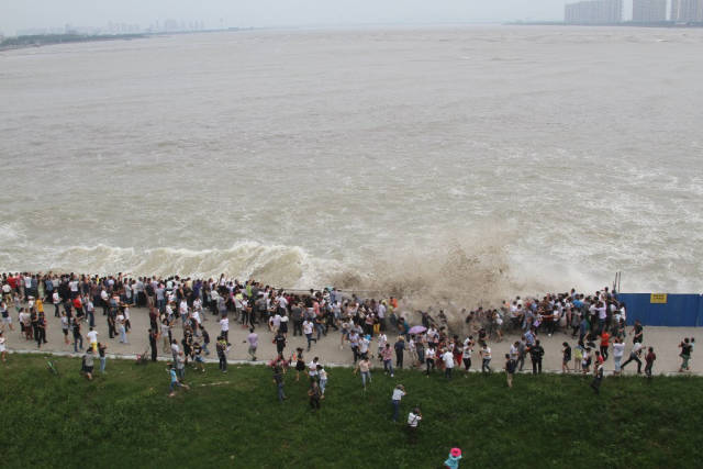 Best time for Qiantang River Tidal Bore in China