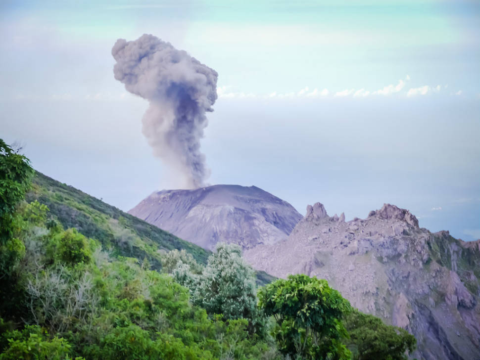 Volcan Santiaguito erupting