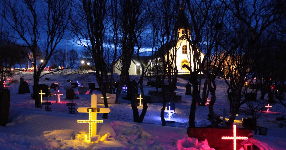 Illuminated Gravestones in Iceland - Best Time