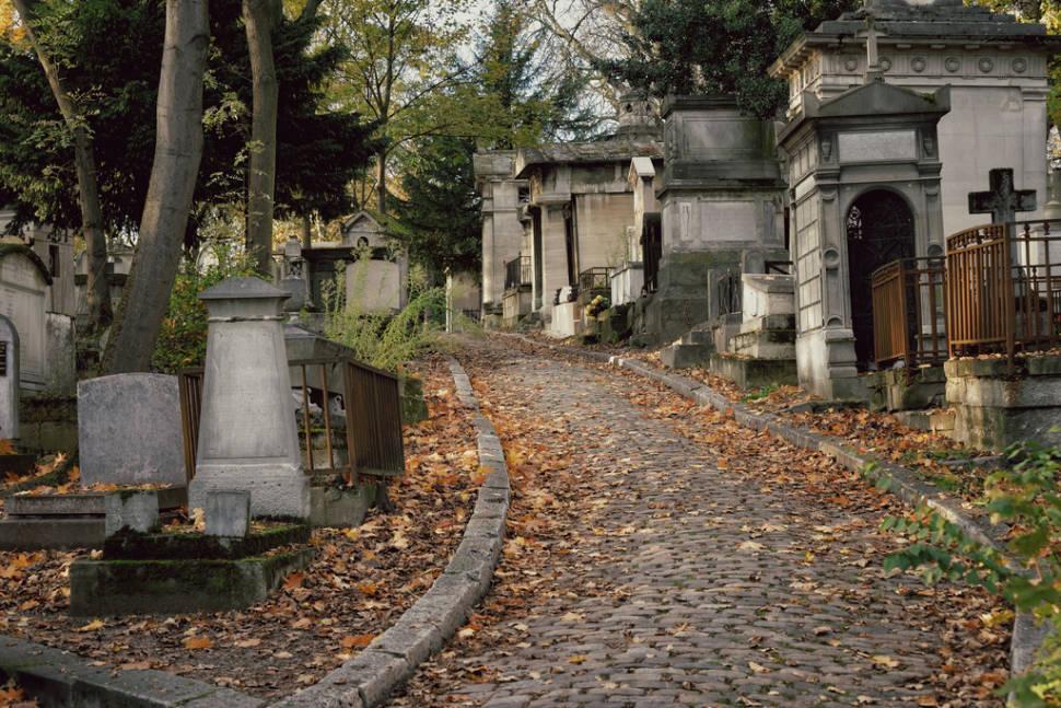 Best time for Autumnal Père Lachaise Cemetery in Paris