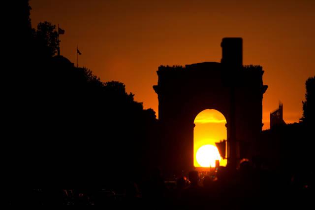 Sunset in the Arc de Triomphe in Paris - Best Season