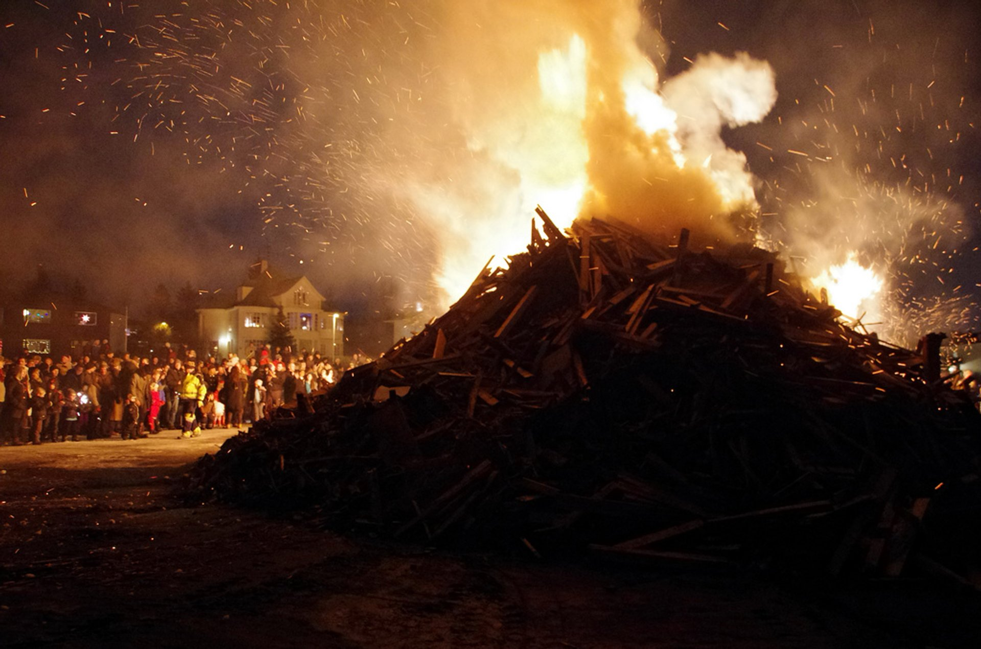 New Year's Bonfires in Reykjavik 2019 - Best Time