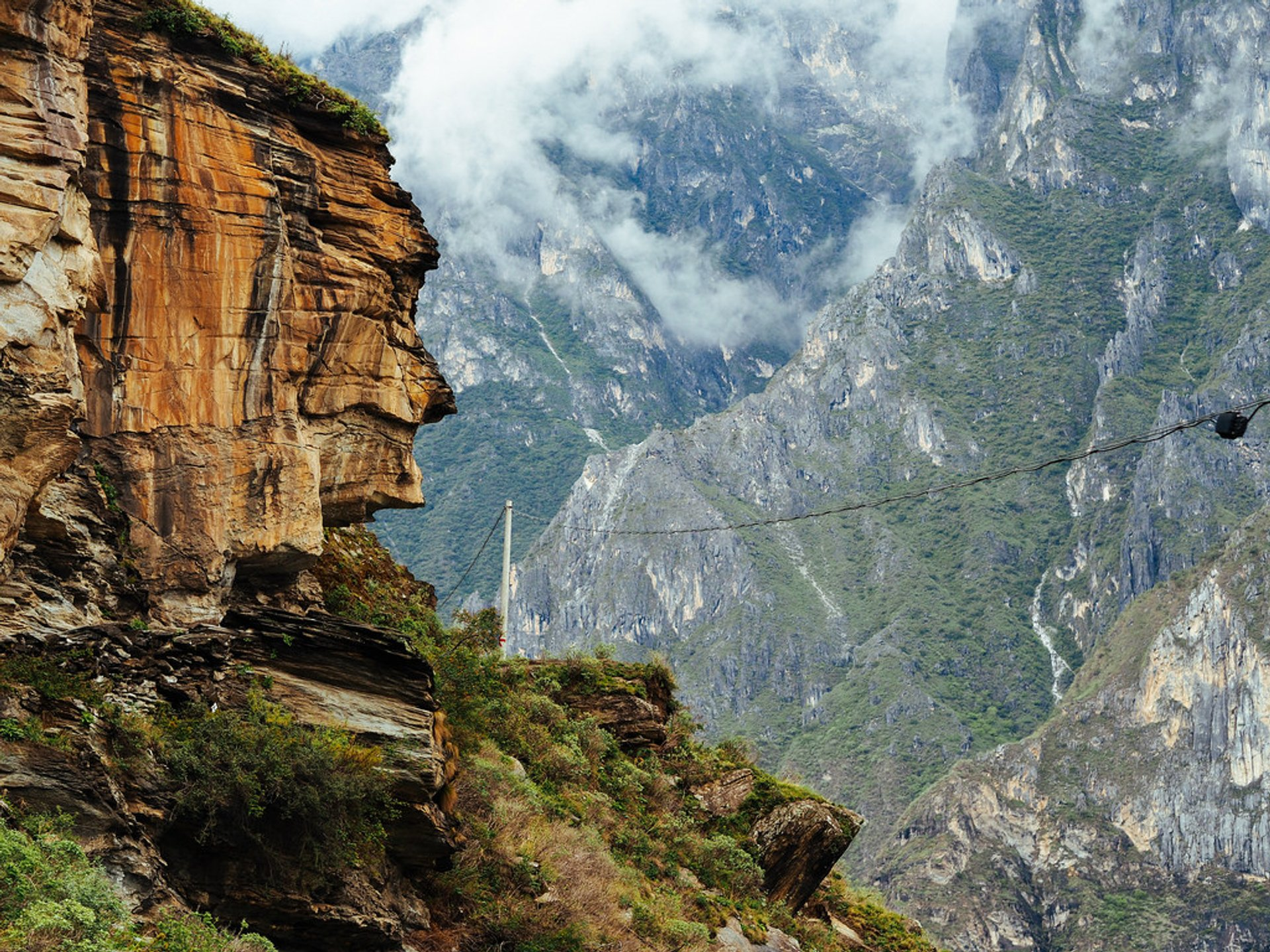 Tiger Leaping Gorge Hiking in China - Best Season 2020