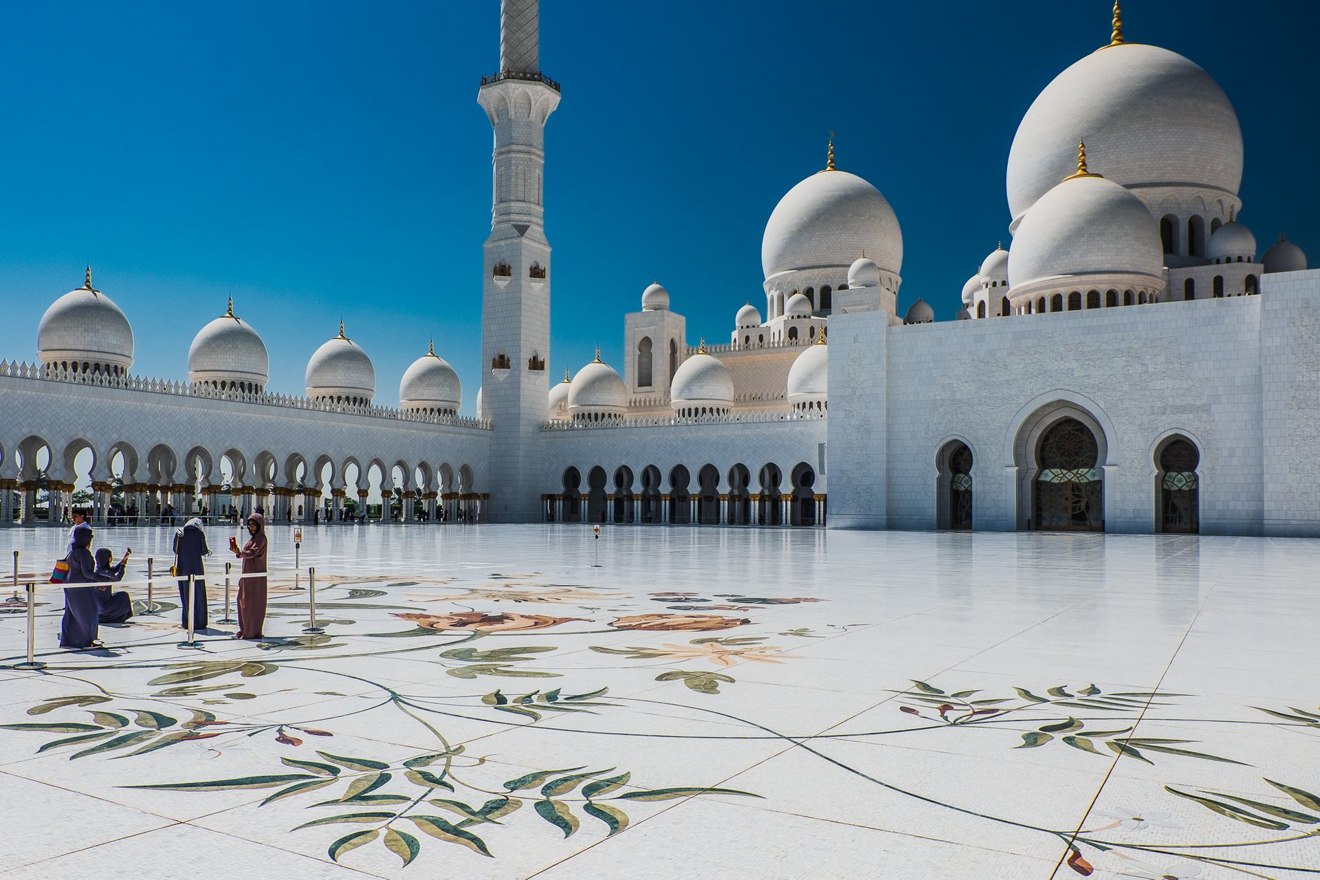 Best time to see Sheikh Zayed Grand Mosque in Abu Dhabi 2020