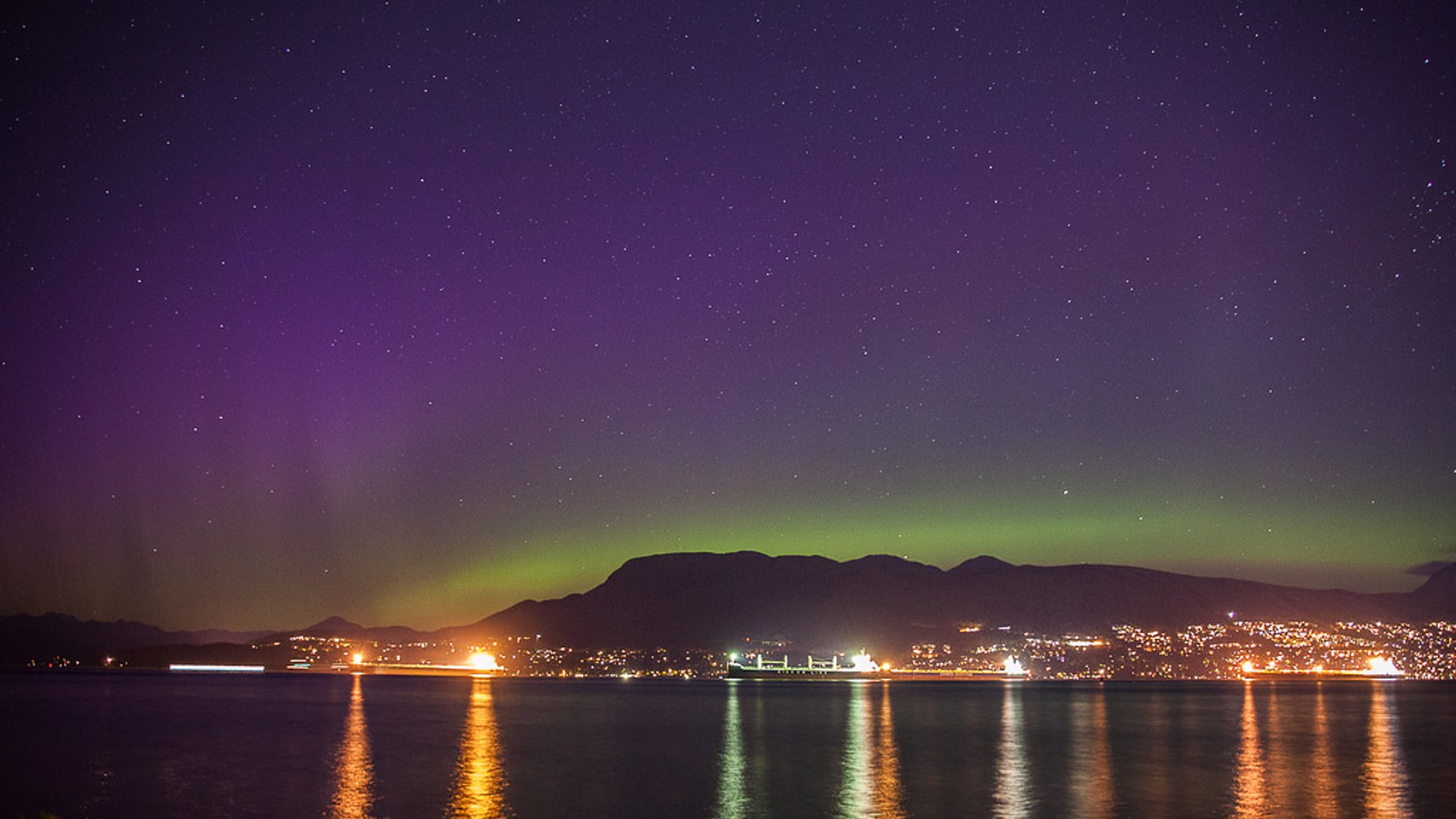 Northern lights show over the north shore mountains in Vancouver 2019