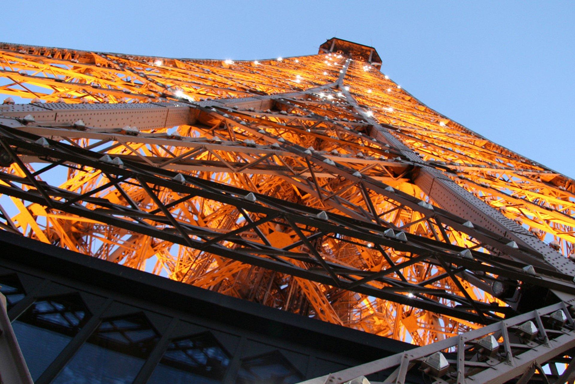 Every hour the tower lights up like a big christmas tree 2020