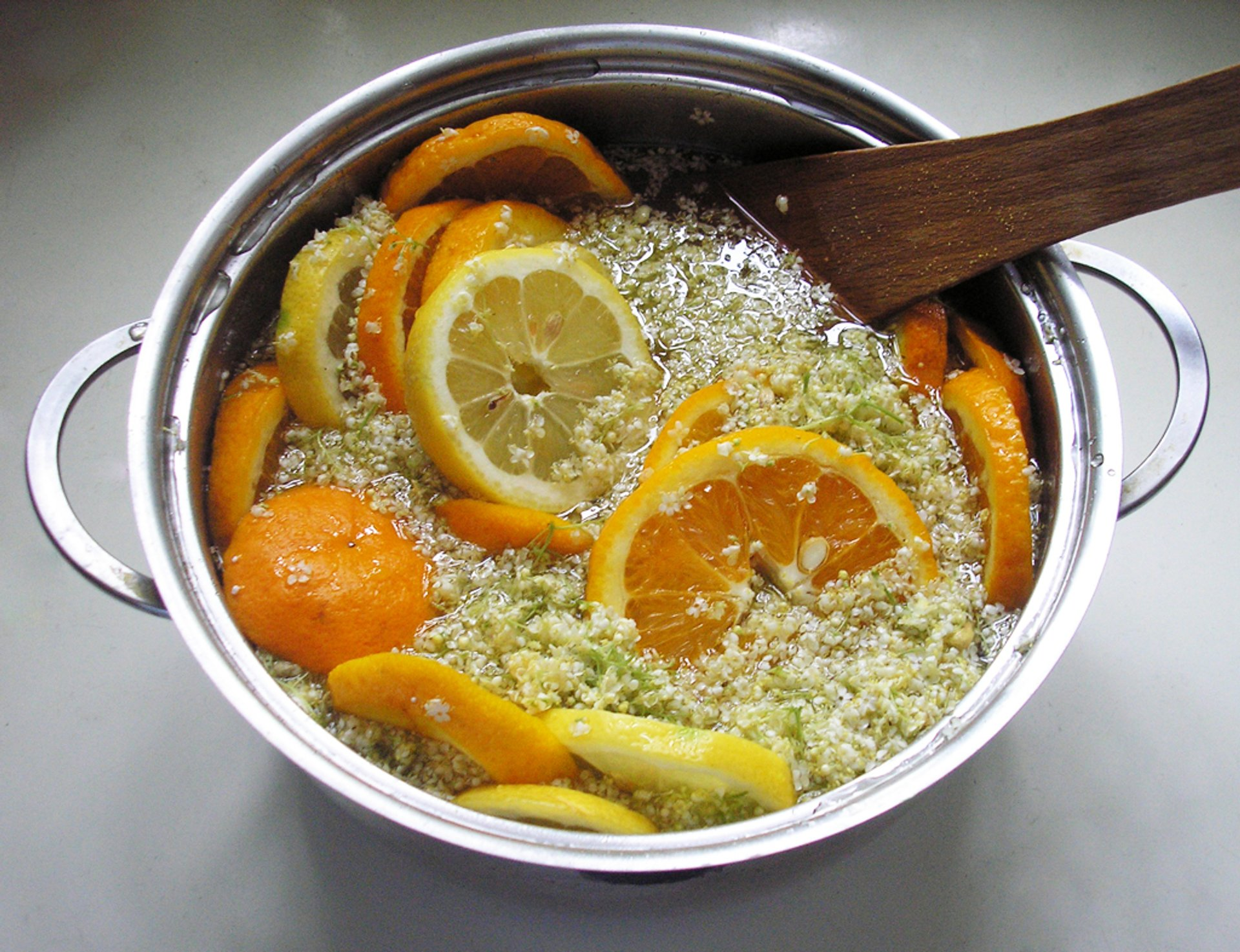 Making elderflower syrup 2020
