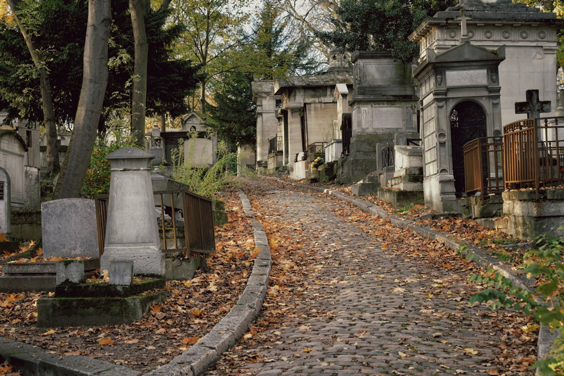 Best time for Autumnal Père Lachaise Cemetery in Paris 2019