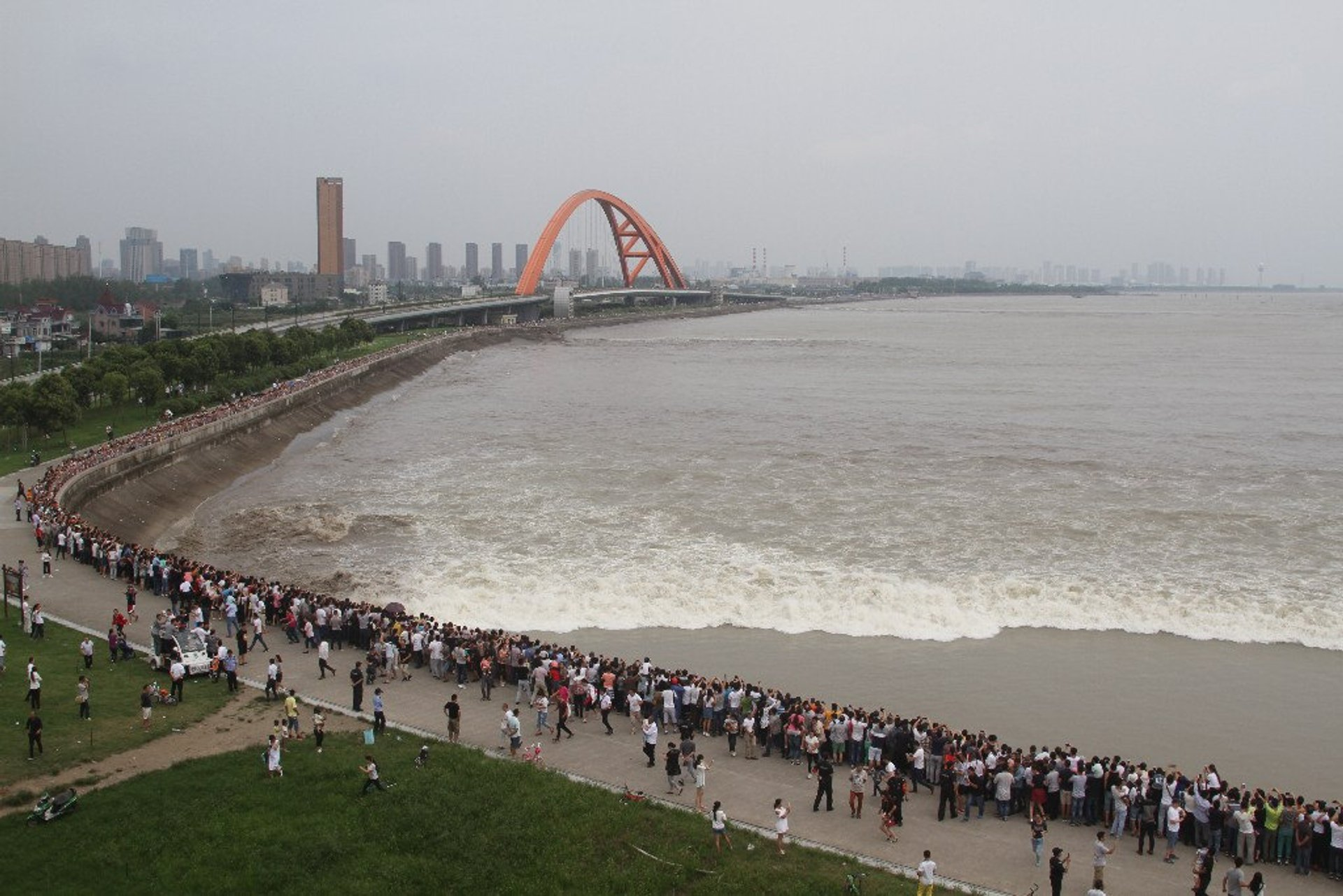 Best time to see Qiantang River Tidal Bore in China 2020