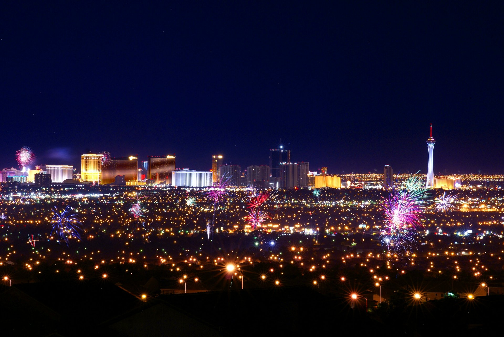 Pop goes the city! Independence Day fireworks over the valley of Las Vegas 2020