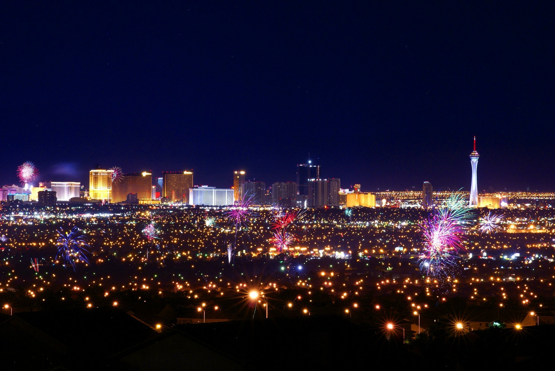 Pop goes the city! Independence Day fireworks over the valley of Las Vegas 2019