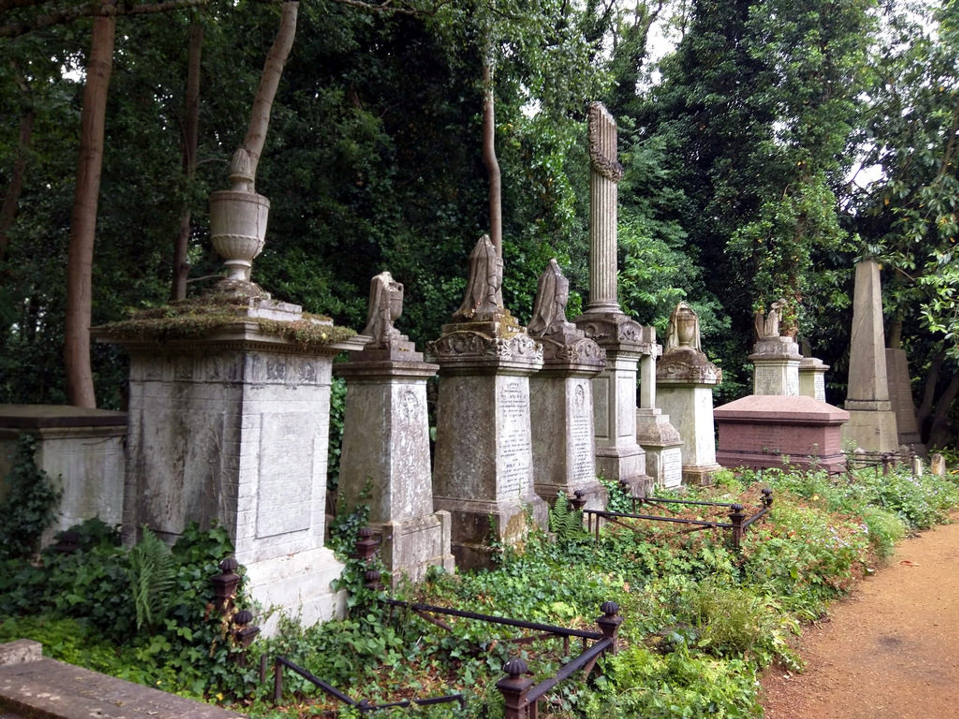 Highgate Cemetery in London - Best Season 2020
