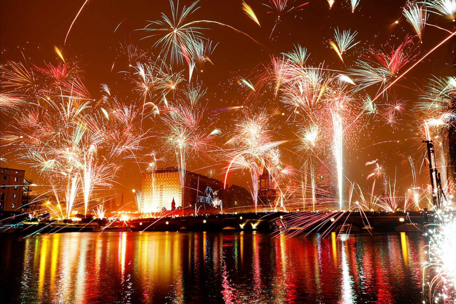 New Year's fireworks with a view over the Oberbaumbrücke. The photo is a superposition of three long exposures every 20 seconds. 2020