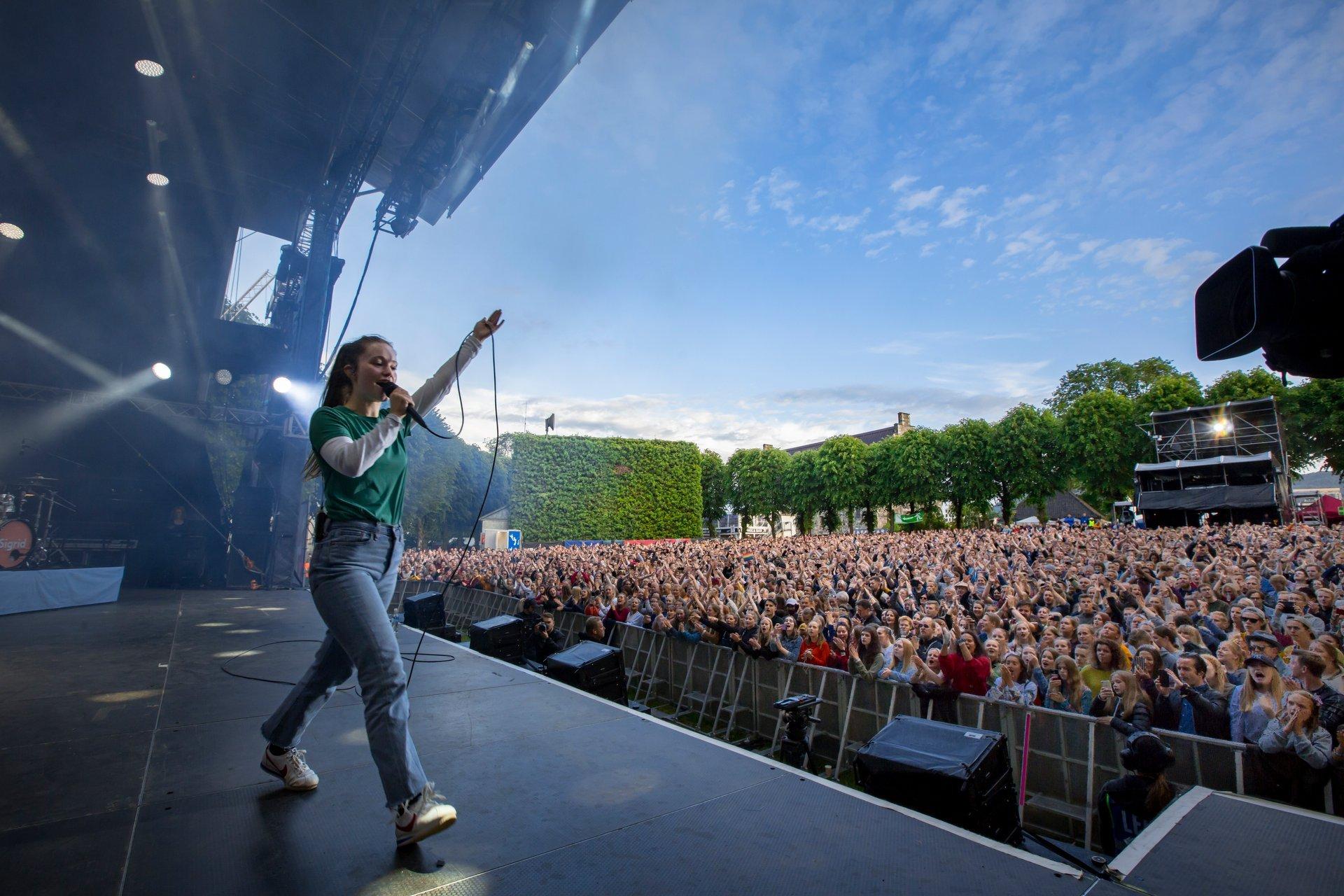 Sigrid performing in the Bergenhus 2020