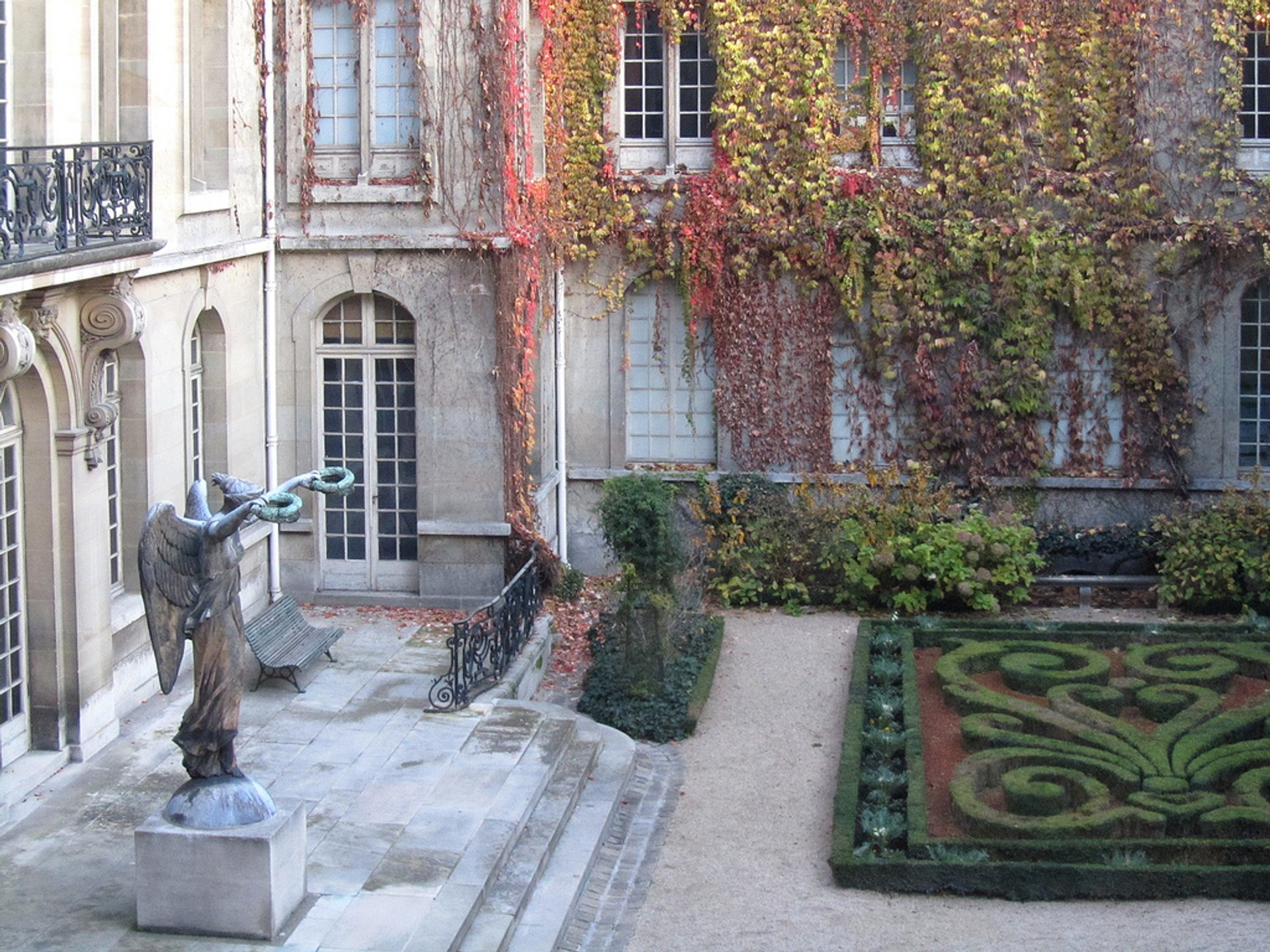 Parks and Gardens in Autumn Foliage in Paris - Best Season 2019