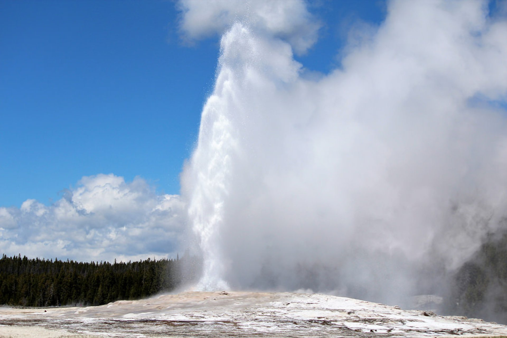 Old Faithful Geyser in Yellowstone National Park - Best Season 2020