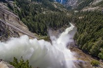 Hervorfahrende Frühlings-Wasserfälle