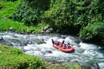 Rafting em rápidos