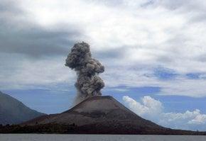Île de Krakatoa et volcan