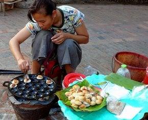 Khao Nom Kok ou bolos de coco laos