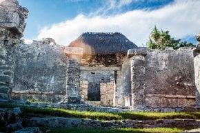 Explorando as ruínas maias