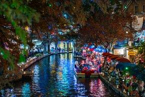 Las luces de Navidad de la caminata del río